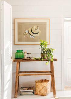 recibidor-pequeño-con-consola-de-madera-y-jarrones-y-cuadro-en-la-pared 485084. El arte de la naturalidad Small Space Living, Small Spaces, Entry Hallway, My Dream Home, Ladder Decor, Wall Decor, Cool Stuff, House, Inspiration