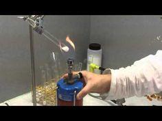 Eerstejaars student lerarenopleiding scheikunde/natuurkunde legt experiment uit