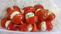 Mozzarellove třešinky s rajčátky, bylinkami a olivovým olejem Caprese Salad, Mozzarella, Food, Diet, Essen, Meals, Yemek, Insalata Caprese, Eten