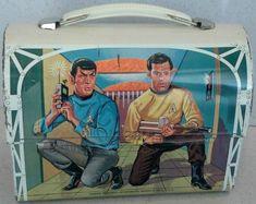 1968 Star Trek Lunch Box (back) Retro Lunch Boxes, Lunch Box Thermos, Cool Lunch Boxes, Metal Lunch Box, Star Trek Toys, Star Wars, Star Trek Party, Star Trek Merchandise, Boite A Lunch