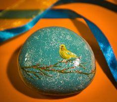 Недавно увидела прекрасные расписные камни от киевлянки Яны Хачикян. Она превратила обычные камни в произведения искусства, расписывая их маслом!'Свои первые камни Яна расписала в Крыму. Оттуда привезла себе и 'домашнюю работу'. Сегодня для нее камни привозят со всей Украины, и Яна расписывает их, создавая очень неожиданные образы. Работает