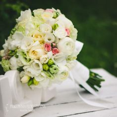 bukiet ślubny biały różowy frezja jaskier biała wstążka róża mieszany