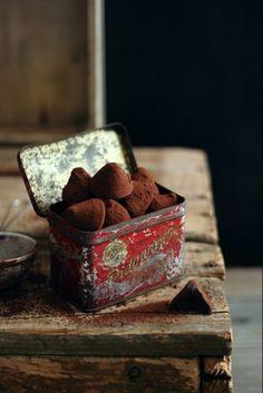 Praline Chocolate, I Love Chocolate, Chocolate Truffles, Vegan Chocolate, Food Styling, Chocolate Pictures, No Bake Bars, Baking With Kids, Baking Cupcakes