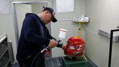 김동윤 케이커스텀 대표가 3D프링팅 기법으로 헬멧의 후가공 처리를 진행중이다.