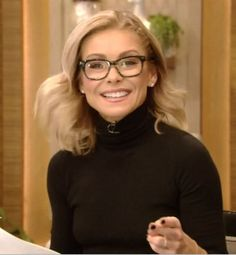 Kelly Ripa's new Evereson Warby Parker eye glasses. Glasses Frames Trendy, Cute Glasses, New Glasses, Kelly Fashion, Glasses Trends, Fashion Eye Glasses, Kelly Ripa, Hair Color And Cut, Style Finder