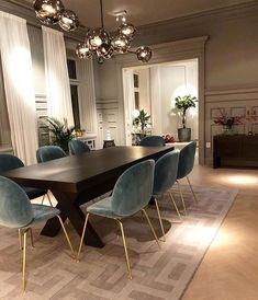 Today we are going to show you some of the most dazzling blue dining room designs along with some basic design tips that will help you define your own dining room style. Just keep scrolling and fall in love with these mesmerizing modern dining room ideas. Rugs In Living Room, Interior Design Living Room, Home And Living, Living Room Decor, Living Dining Rooms, Interior Livingroom, Formal Living Rooms, Luxury Interior Design, Interior Ideas