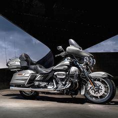 Harley-Davidson CVO Limited: supra-sumo da exclusividade Marca americana apresenta a Roadster e os novos modelos Touring no Salão Moto Brasil 2017 que vai até o próximo domingo no Rio de Janeiro. Entre os modelos em exposição está essa da foto a CVO Limited. Top de linha da Harley tem motor Twin-Cooled Milwaukee-Eight 114 de 1.838 cc e 166 kgf.m de torque. Possui ainda sistema multimídia com para curtir nas viagens. Custa a partir de R$ 157300  SALÃO MOTO BRASIL 2017 O evento acontecerá em…