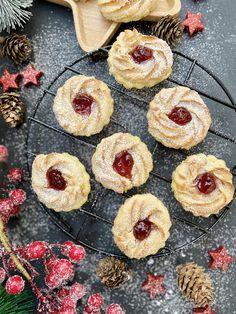 Oh Du fröhliche #Weihnachtsbäckerei. Klassische #Ochsenaugen oder auch Marzipankringel mit Marmelade genannt. Ergebnis nach dem Backen: Im Mund verschmelzen zarter Mürbeteig mit Marzipanmasse mit Konfitüre. Einfach unfassbar lecker! #Annibackt Cakepops, Cupcakes, Muffin, Breakfast, Food, Marmalade, Bakken, Simple, Morning Coffee