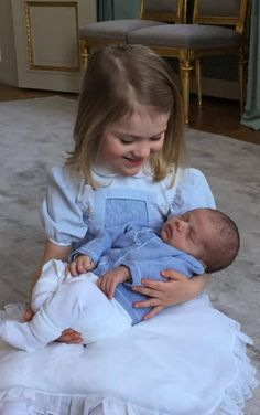 """Awww! Estelle posiert mit ihrem kleinen Bruder. Das Foto postete das Königshaus und ließ von Daniel und Victoria ausrichten: """"Vielen Dank für all die Grüße, guten Wünsche und Glückwünsche , die wir zum Geburtstag der Prinzessin und der Geburt von Prinz Daniel erhalten haben."""""""