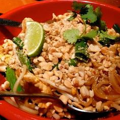 PF Chang's Copycat Recipes: Chicken Pad Thai @keyingredient #peanutbutter #chicken #recipes