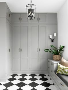 5 vanliga inredningsmissar i hallen – och hur du löser dem Closet Bedroom, Bedroom Decor, Bedroom Ideas, Built In Wardrobe, Closet Built Ins, Mudroom, Interior Design Living Room, Hall Interior, Interior Paint