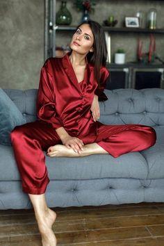 Pijama é a roupa oficial da quarentena! – Beijos, Blues & Poesia ❤ Satin Pyjama Set, Satin Pajamas, Pajama Set, Womens Silk Pajamas, Flirty Pajamas, Red Pajamas, Flannel Pajamas, Lingerie Outfits, Sexy Lingerie
