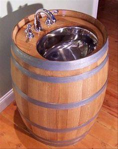Meuble de salle de bain très original avec vasque et robinet en forme de tonneau en bois