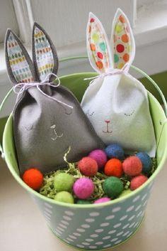 Voici un petit tuto pour réaliser des petits sachets en feutrine et y glisser quelques chocolats pour Pâques... Il vous faudra : - de la feutrine - du fil et une aiguille - du coton de couleur pour les yeux et le museau - du tissu pour l'intérieur des...