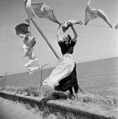 {Wind} The Netherlands. Laundry blowing in the wind, Volendam, 1947 // photo Henk Jonker Fotos De Henri Cartier Bresson, Black White Photos, Black And White Photography, Old Pictures, Old Photos, Foto Picture, Blowin' In The Wind, Foto Art, Vintage Photographs
