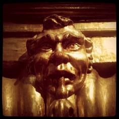 Una gargola con cara de señor enfadado