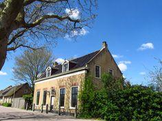 Dorpsstraat, rijksmonument. dwarshuis met zadeldak,puntgevel met vlechtingen en ijzeren stoeppalen (1e helft 19e eeuw)