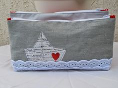 like the lace wave edges hmmmm. Zipper Bags, Zipper Pouch, Sewing Toys, Sewing Crafts, Freehand Machine Embroidery, Patch Aplique, Small Sewing Projects, Couture Sewing, Fabric Bags