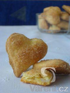 Smetanová srdíčka. Velmi křehké a jemné sušenky, které trochu připomínají listové těsto, ale jejich příprava je snadná a rychlá.
