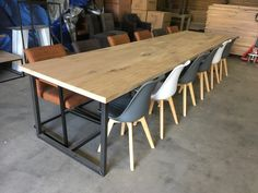 Massief eiken eettafel met stalen frame. www.kaldenbach-meubels.nl