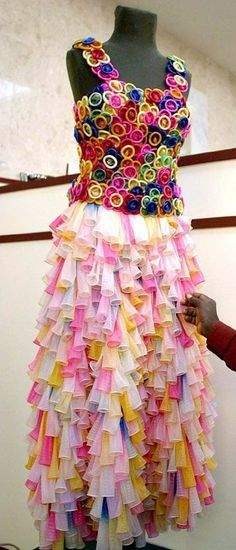 """Dad makes daughter a """"safe sex"""" prom dress out of condoms !!! It's even kind of pretty !"""
