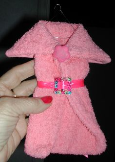 Rose badjas (washandje) riem met gesp Washer Crafts, Towel Origami, Towel Animals, How To Fold Towels, Towel Cakes, Baby Washcloth, Handmade Christmas Decorations, Clothes Crafts, New Baby Gifts