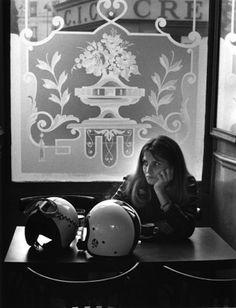 """The flower of """"The café"""" _Fleurs de bistrot, Paris Doisneau. Henri Cartier Bresson, Robert Doisneau, Old Photos, Vintage Photos, Famous Photos, Harley Davidson, Brassai, Man Ray, French Photographers"""