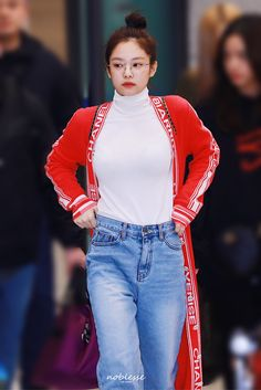 BLACKPINK's Jennie is a gorgeous queen with the best fashion taste! Here are times she proved that she's the queen of proportions in simple jeans! Blackpink Fashion, Korean Fashion, Fashion Outfits, Fashion Design, Casual Outfits, Blackpink Jennie, Airport Fashion Kpop, Kpop Mode, Black Pink