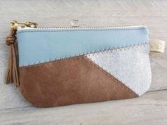 Schickes Portemonnaie in einem edlen Materialmix aus •weichem Lederimitat in Hellblau •braunem Wildlederimitat •hellblau meliertem Baumwollcord mit feinen Streifen Die Tasche ist sehr...