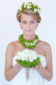 Wreath, necklace and bouquet of green rowan berries and cream roses ~ Pauline Shkol'nikova | Nevesta.ua