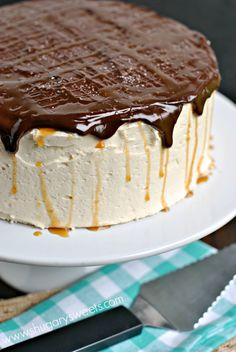 Salted Caramel Chocolate Cheesecake Cake recipe Salted Caramel Cheesecake Cake: delicious chocolate layered cake with a cheesecake center! Frosted with creamy salted caramel buttercream and chocolate ganache! Salted Caramel Cheesecake, Salted Caramel Chocolate, Cheesecake Cake, Chocolate Caramels, Chocolate Cheesecake, Cheesecake Recipes, Chocolate Ganache, No Bake Desserts, Delicious Desserts