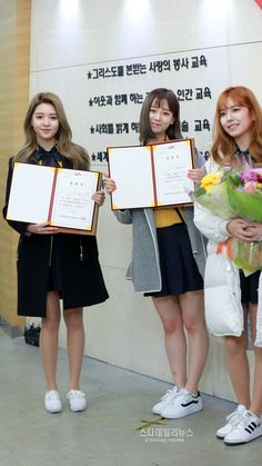 Sehyung, Days, and Gowoon graduated High school! Berry Good, Kpop Girls, Girl Group, Singers, Berries, High School, Graduation, Actresses, Lettering