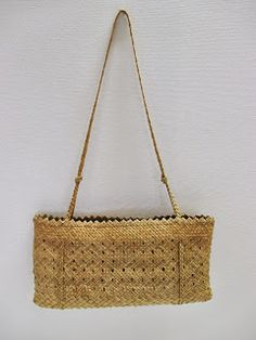 Treasure Pouch & Kete This Treasure Pouch, which closes with a finely woven flap, has natural golden hues often seen in unboiled New Zeal. New Zealand Flax, Flax Weaving, Maori Art, Pouch, Wallet, Weaving Techniques, Handmade Bags, Old World, Straw Bag