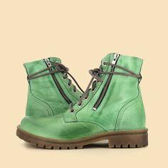 💚 ¡ Pon un poco de color en tu calzado ! 💚 Combat Boots, Wedges, Outfit, Color, Shoes, Fashion, Green Boots, Fall Season, Footwear