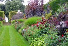 Red border at Hidcote Gardens - right: cohesion.