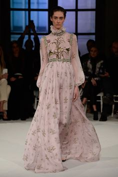 See the complete Giambattista Valli Spring 2017 Couture collection.