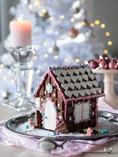 Unelmien Suklaatalo Christmas Gingerbread House, Christmas Deco, Christmas Baking, All Things Christmas, Winter Christmas, Gingerbread Cookies, Xmas, Hansel Y Gretel, Artificial Food Coloring