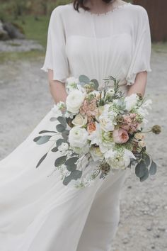 Wedding Bouquets Jenny Packham's Betty for a Peach, Pink and Woodland Inspired Wedding. Images by Mirrorbox Photography. - Jenny Packham's Betty for a Peach, Pink and Woodland Inspired Wedding Cheap Wedding Flowers, Floral Wedding, Wedding Colors, Rustic Wedding, Wedding Day, Wedding Blog, Wedding Tips, Wedding Ceremony, Hair Wedding