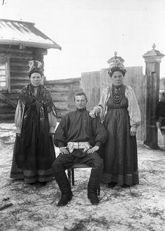Мужчина и две женщины (семейские) в праздничной одежде Иркутский Окружной Краеведческий Музей https://vk.com/club67953178?z=photo-4367359_183665026%2Falbum-4367359_42767524