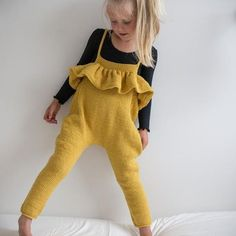 Hennys selebukse / paelas dungarees (norwegian and english) - Mode pour enfants Fashion Kids, Little Fashion, Knit Fashion, Girl Fashion, Fashion Wear, Fashion Clothes, Baby Knitting Patterns, Knitting For Kids, Baby Patterns