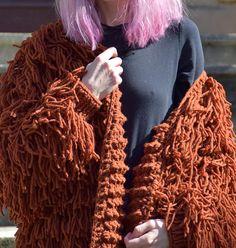 Tejido a mano encantadora peludo abrigo/chaqueta de suave hilados acogedor. Se le acaricie hasta calentarle, crear una actitud coqueta y dejará una estela de miradas de admiración. Materiales: Lana 50% acrílico 50% Color: Naranja oxidado Medidas del modelo en la foto Tamaño: S-M Pecho: 32- 82 cm Cartel: 24- 62 сm Cadera: 34- 88 cm Altura: 66- 170 cm INSTRUCCIONES PARA SU CUIDADO: LIMPIO seco es la mejor manera. DE LA MANO WASHINGTON Asegúrese de usar agua fría y jabón neutro. Menos t...
