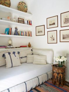 Idea for spare room, used infrequently. Turn a single guest bed into a day bed when it's not being used so you've got an extra spot to watch, read or just hang out. Guest Bedrooms, Spare Bedroom, Small Spaces, Home Hacks, Home, Modern Daybed, Small Rooms, Guest Room Office, Spare Room