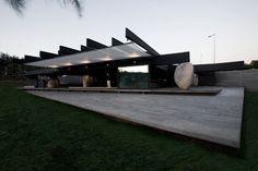 Construído pelo Smiljan Radic na Santiago, Chile na data 2007. Imagens do Gonzalo Puga. Este projeto ganhou uma licitação pública para um restaurante no Parque Las Américas, pela Câmara Municipal de Vitacu...