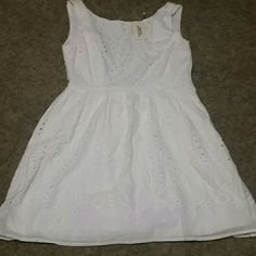 White forever twenty one dress. White forever twenty one dress. Brand new, never worn, but broken zipper Forever 21 Dresses Midi