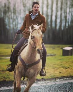 I love riding horses. It's an amazing way to clear my mind and release stress. YeeeeeHaaaaa!!!!! @whencallstheheartt @hallmarkchannel #hearties
