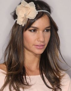 offene Frisur mit Stirnband Stoffblume
