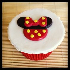 """Cupcake Minnie   Cupcake inspirado no desenho """"Minnie"""" coberto com pasta americana, massa do bolo e recheio de sua preferência."""
