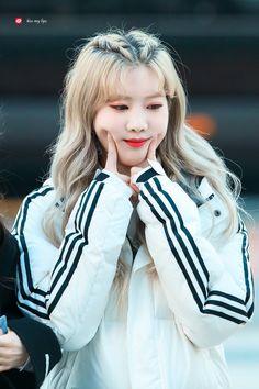 © kiss my lips Kpop Girl Groups, Korean Girl Groups, Kpop Girls, Fandom, First Girl, My Girl, Month Animals, Loona Kim Lip, Owl