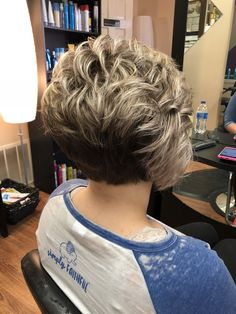Love this look. Graduated Bob Hairstyles, Asymmetrical Hairstyles, Assymetrical Bob, Dress Hairstyles, Curly Bob Hairstyles, Stacked Haircuts, Cute Haircuts, Pixie Haircuts, Short Hair Cuts