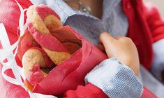 As crianças adoram estas bolachas de natal, com sabor a laranja e sumo de beterraba e cujo formato é divertido e cheio de cor. Prepare em sua casa.